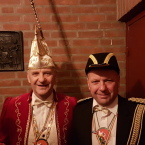 Prins Wim III en Minister Freddy regeren over het Vooseriek in 2018